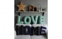 La decoración con letras puede formar palabras predeterminadas como love, home, etc.