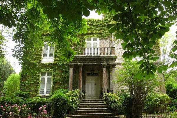 Un ejemplo de la estética que aportan las casas con hiedra entre otras tantas ventajas