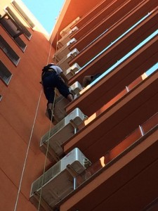 Instalación de aire acondicionado en edificio de viviendas
