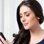 Mujer usando el móvil
