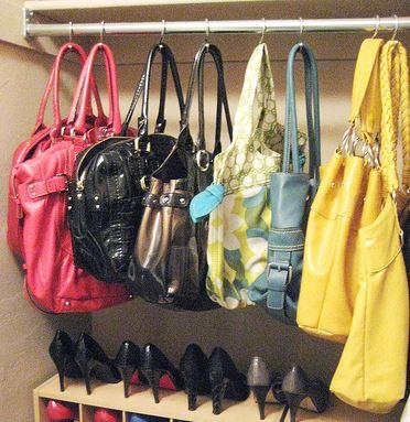 Bolsos colgados en un armario
