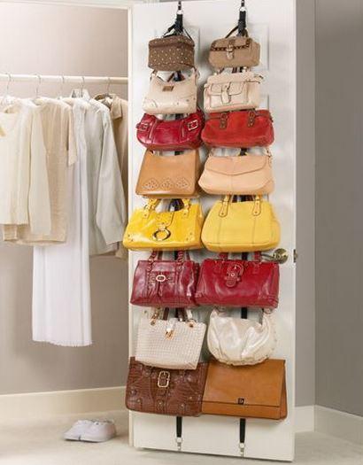 Bolsos en puerta de armario