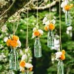 Adornos de flores en un árbol