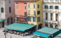 Calle con terrazas y bares