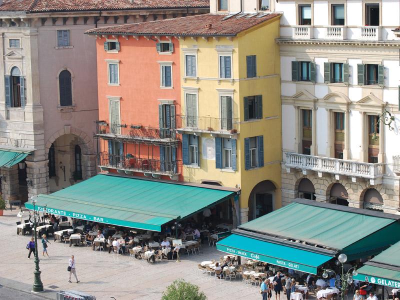 Calle con bares y terrazas