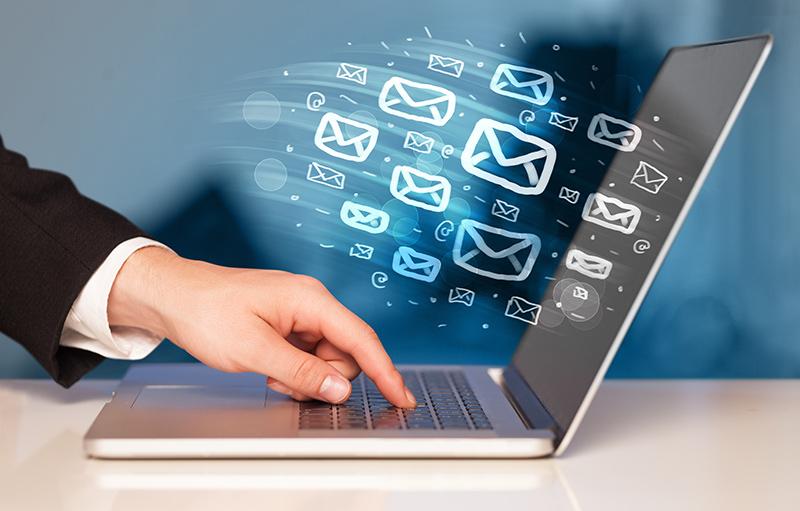 Ordenador enviando emails