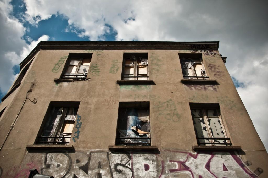 Los inmuebles abandonados son un foco de atracción de okupas ilegales: ¿cómo echarlos de nuestras viviendas?
