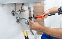 Profesional arreglando un lavabo
