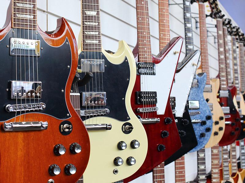 Guitarras colgadas