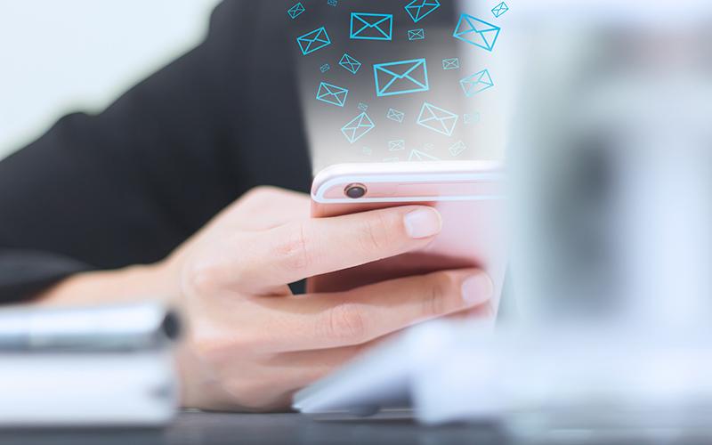 Persona enviando emails con el móvil